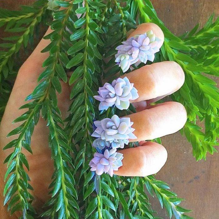 mano con flores