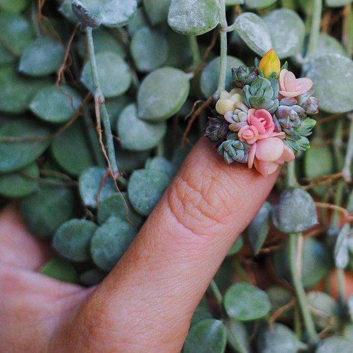 dedo con flores pequeñas