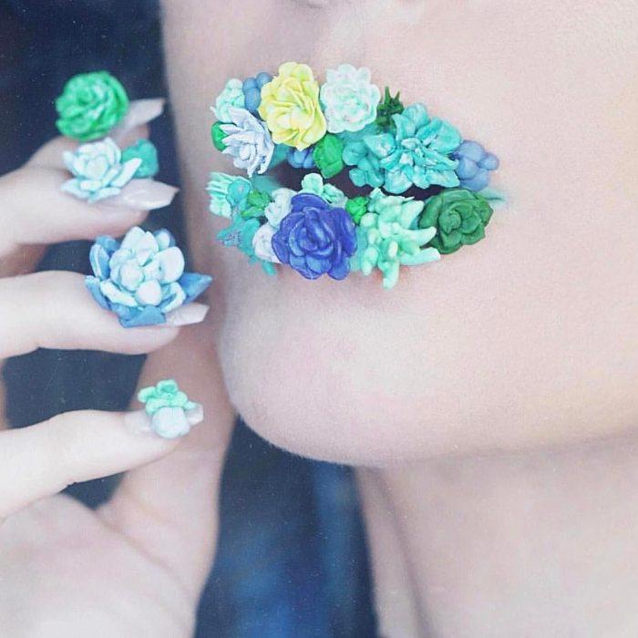 chica con flores en los labios