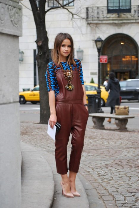 Chica usando un jumpsuit de piel en color guinda