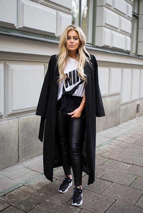 Chica caminando por las calles usando un look sporty