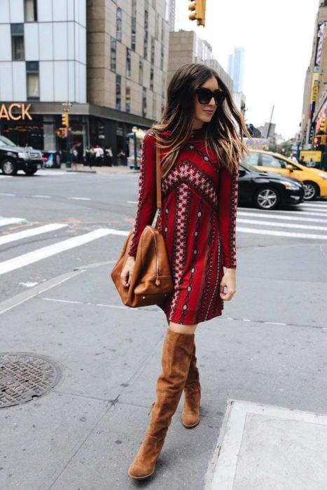 Chica caminando por las calles usando un look boho