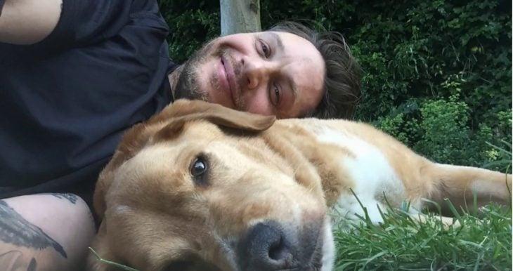 chico con su perro en el jardín
