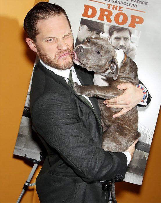 chico con perro pitbull