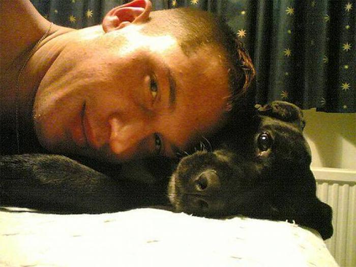 hombre durmiendo con un perro