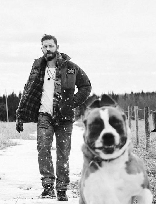 chico paseando con su perro en la nieve