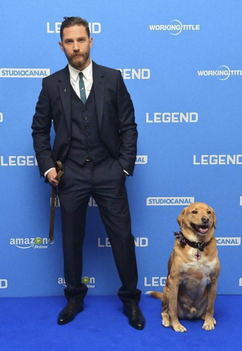 chico con su perro en la alfombra roja