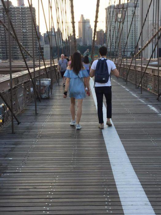 chica con su novio de paseo
