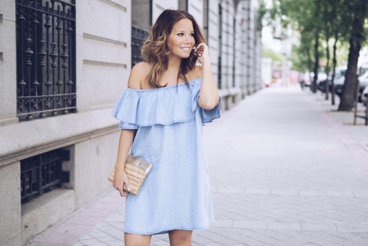 chica con vestido azul y volantes