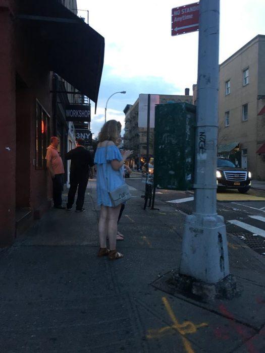 chica mirando su telefoneo en la calle
