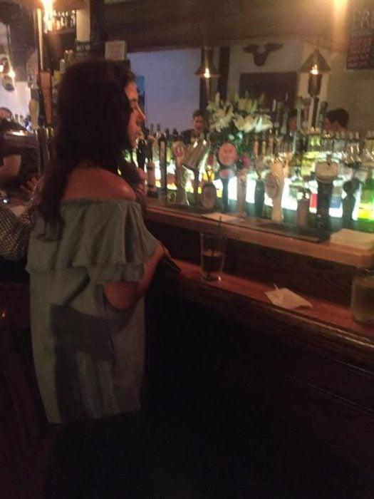 chica en un bar