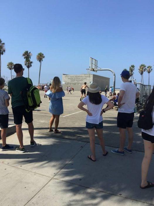 chicos viendo un partido en la playa