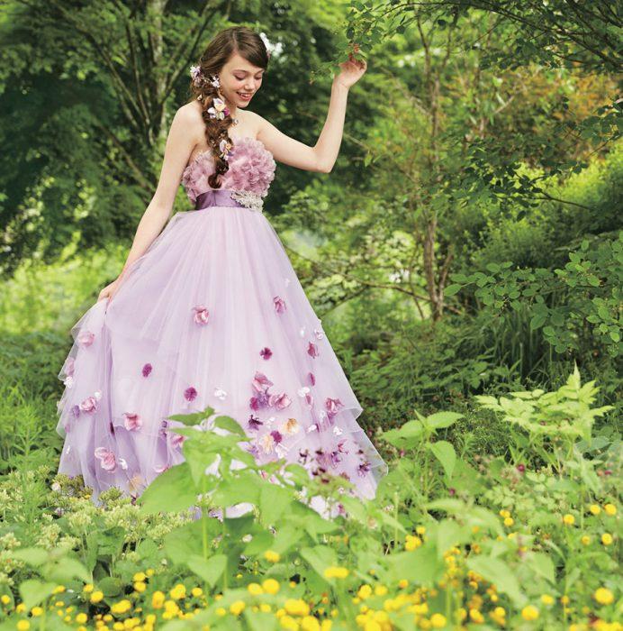 Chica vestida como una princesa de Disney