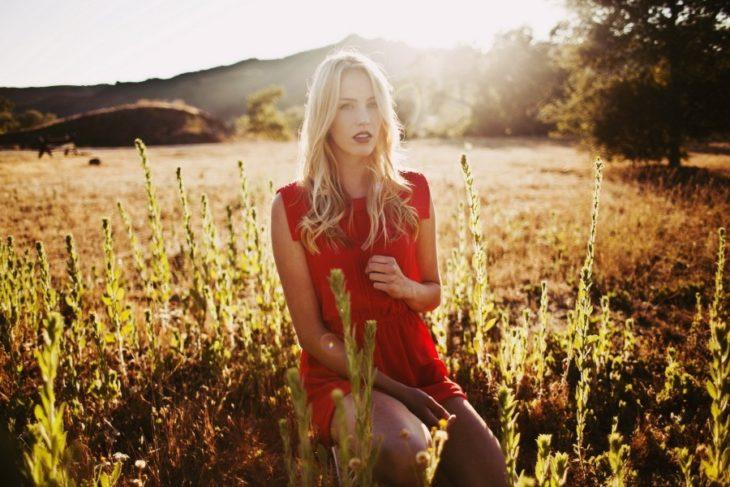 chica en el campo de flores