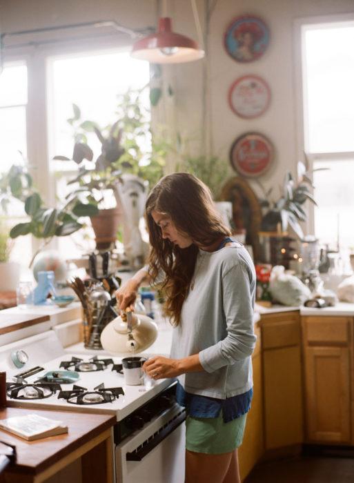mujer preparando te