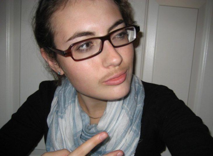 chica con bigote y lentes