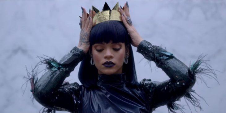 chica poniendose una corona