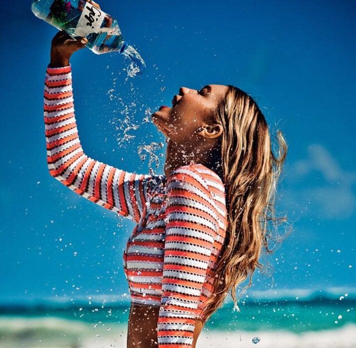 gigi hadid tomando agua