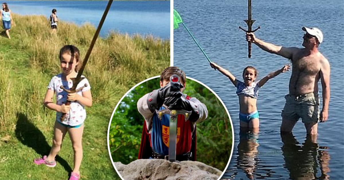 Pequeña descubre una espada en el mismo lago donde lanzaron a Excalibur