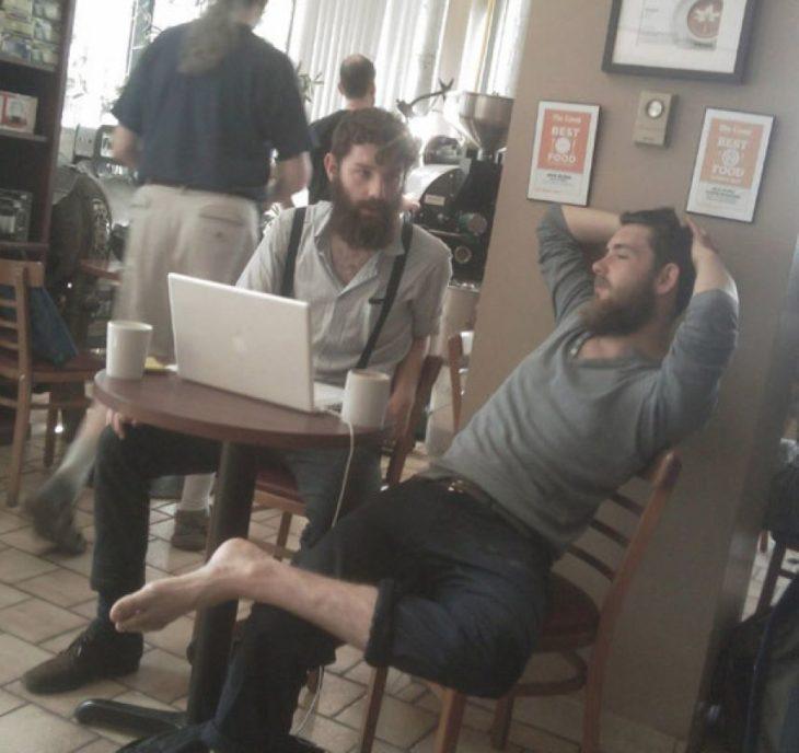 hombres sin zapatos