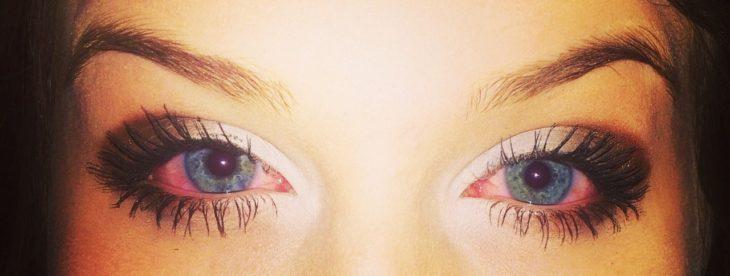 ojos irritados pestañas postizas