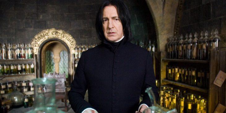 hombre con cabello largo y traje oscuro