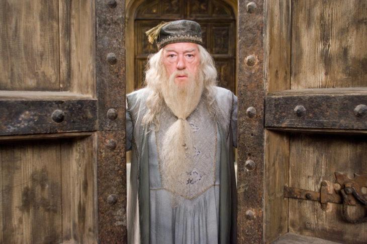 hombre abriendo las puertas