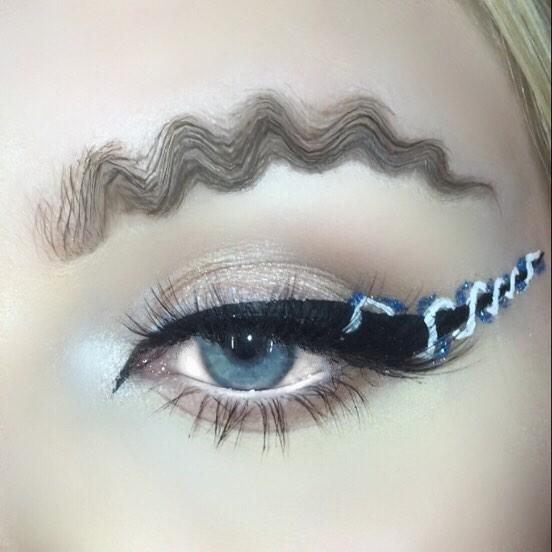 Chica usando un maquillaje con ondas