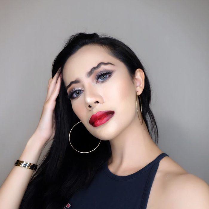 Chica con un maquillaje de ondas