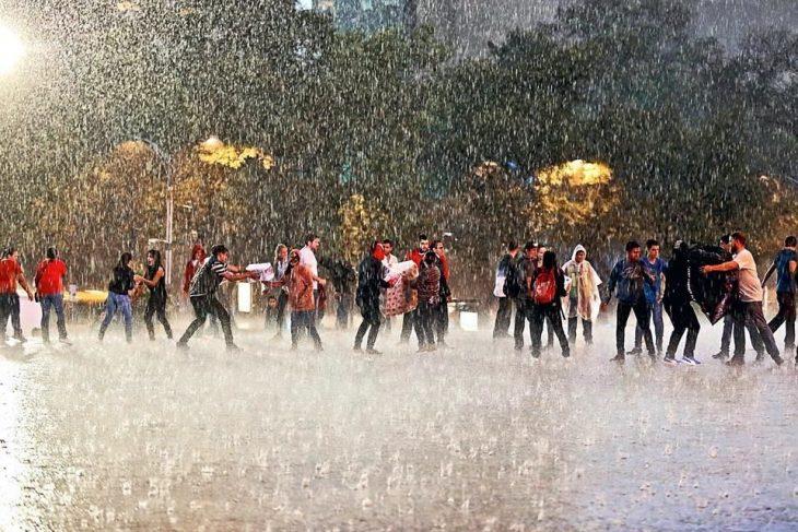 gente bajo la lluvia