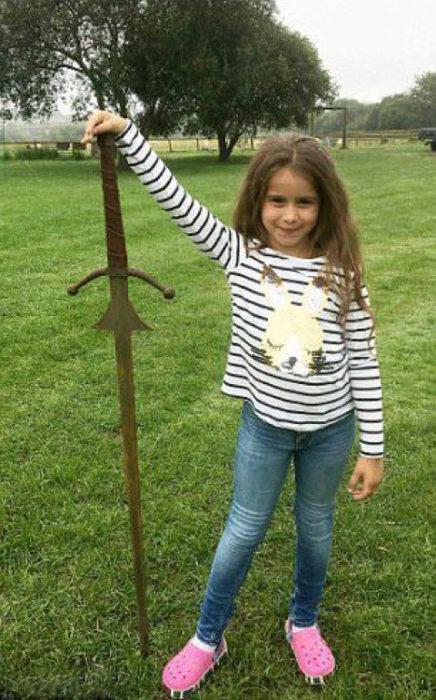 niña encuentra excalibur