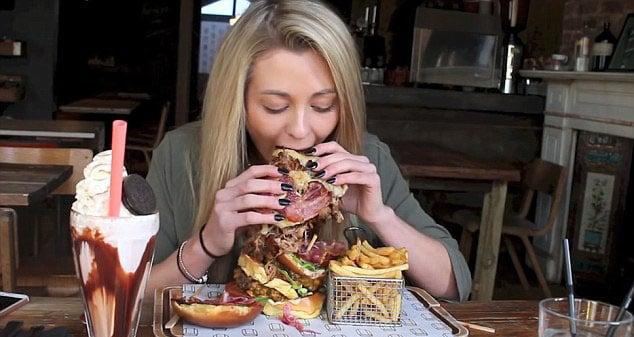 olvidas tus modales al comer