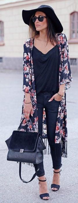 Chica usando un kimono largo en color negro don flores