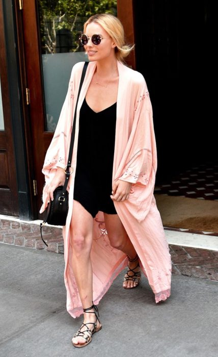 Chica usando un kimono largo en color rosa