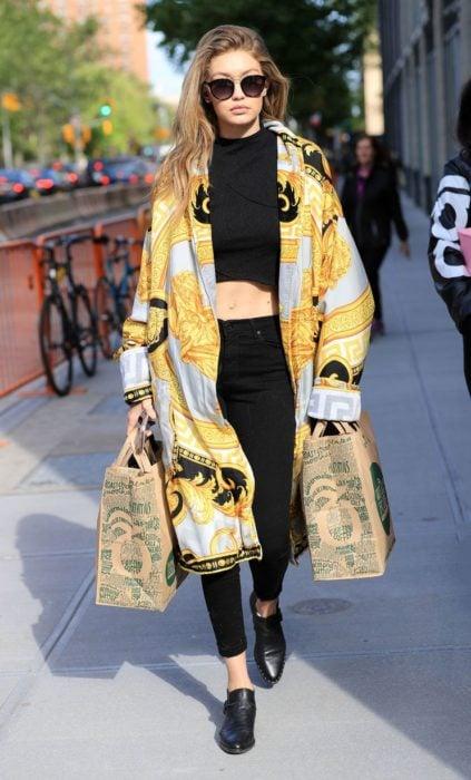 Chica usando un kimono largo en color amarillo