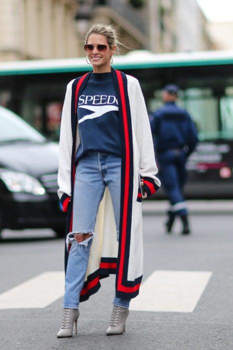 Chica usando un kimono largo en color blanco con líneas rojas y negras