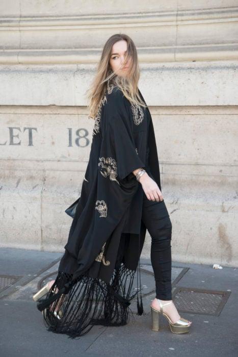 Chica usando un kimono largo en color negro