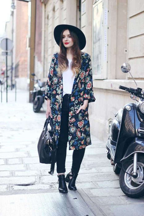 Chica usando un kimono largo en color floreado