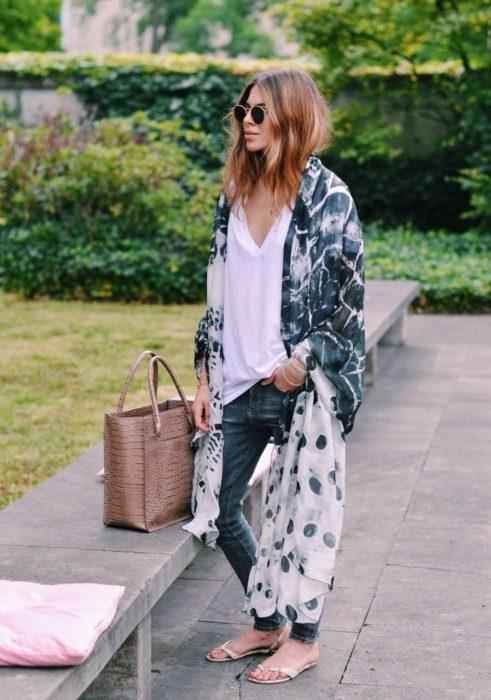 Chica usando un kimono largo en color blanco con verde