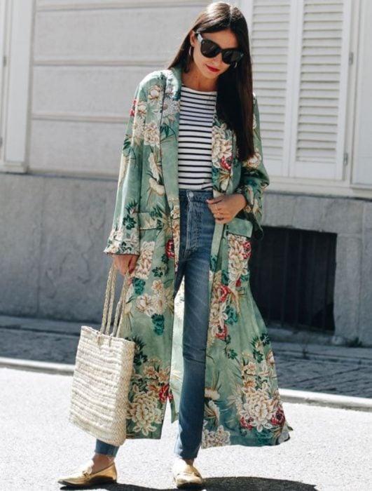 Chica usando un kimono largo en color verde