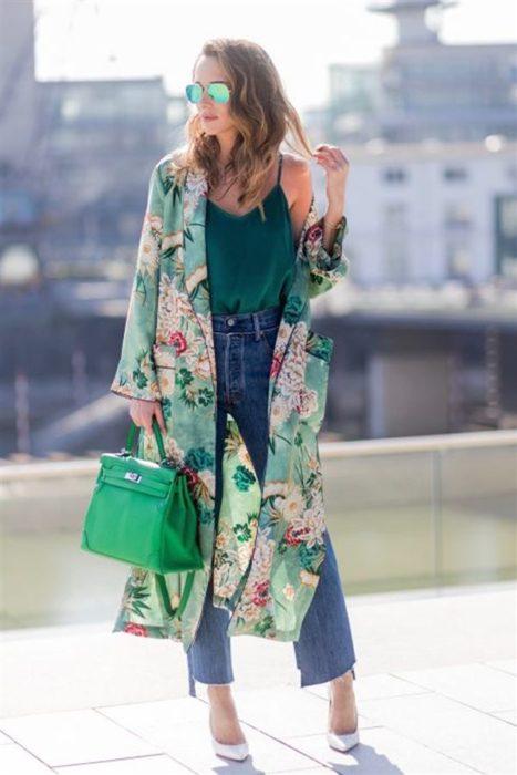 Chica usando un kimono largo en color verde con flores