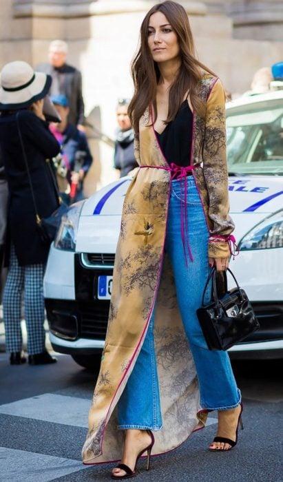 Chica usando un kimono largo en color café