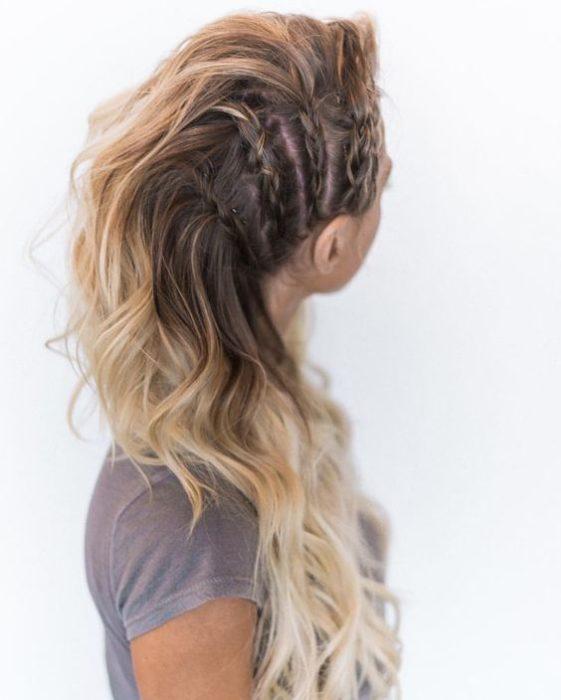 Peinados con volumen y trenzas ascendentes al costado