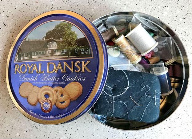 lata de galletas con hilos dentro