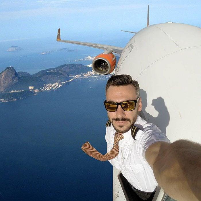 piloto afuera del avión