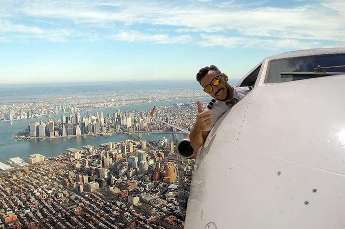 hombre con traje de piloto aviador