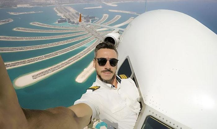 piloto aviador fuera del avión