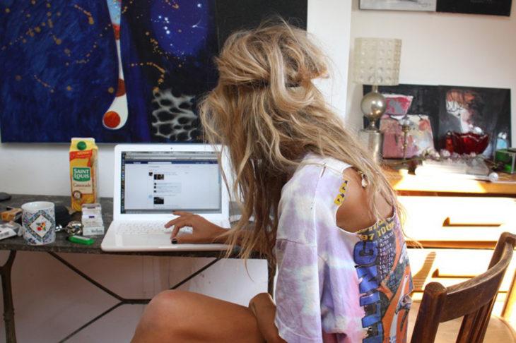 chica con computadora
