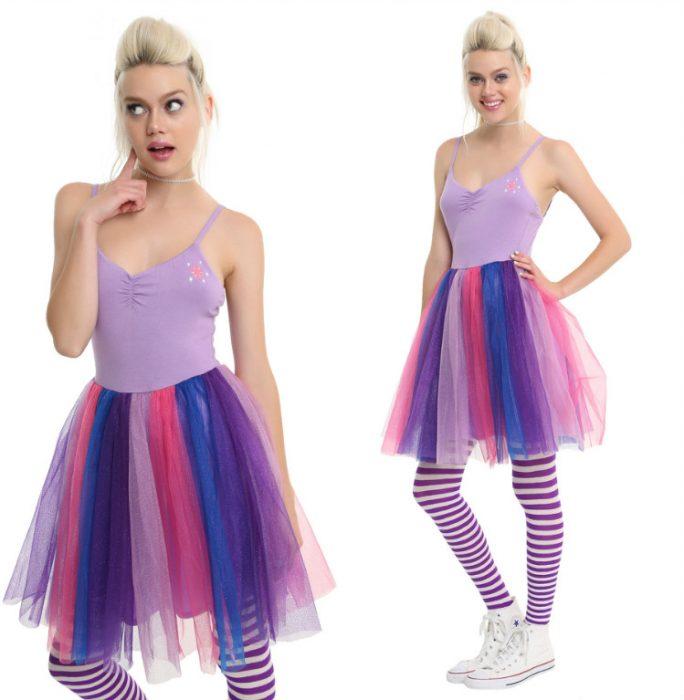 chica con vestido de colores lilas