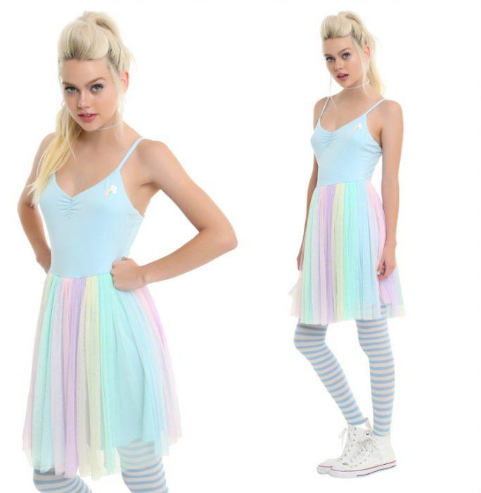 chica con vestido de colores